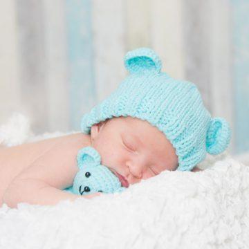 Baby mit Teddy